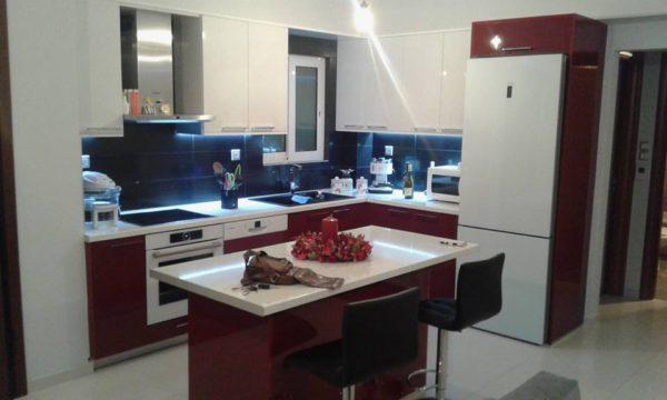 Κουζίνα με ακρυλικό gloss στην Πετρούπολη